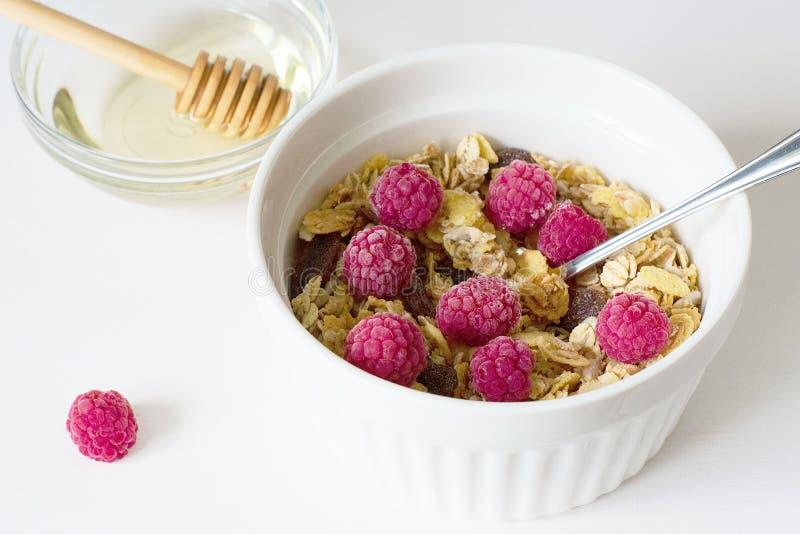 Granola fresco della prima colazione sana su un fondo bianco immagini stock