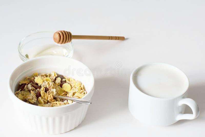 Granola fresco della prima colazione sana su un fondo bianco fotografia stock