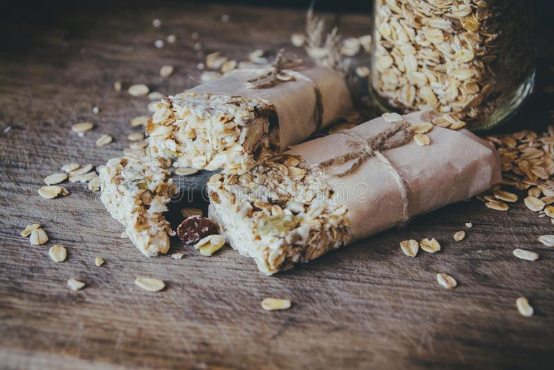 Granola hecho en casa con la mezcla de la nuez en tarro en el tablero de madera en el fondo de piedra de la tabla Concepto sano d foto de archivo libre de regalías