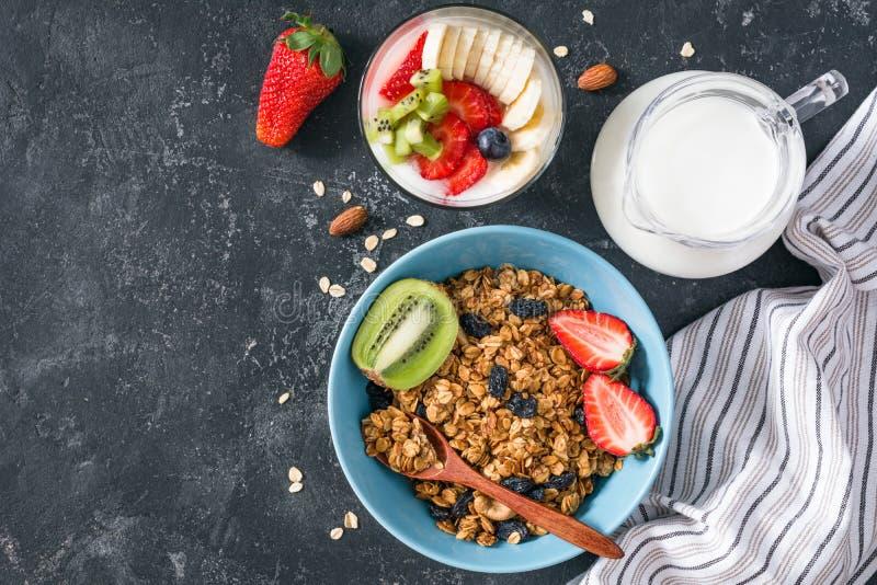 Granola hecho en casa, leche y frutas frescas para el desayuno sano imágenes de archivo libres de regalías