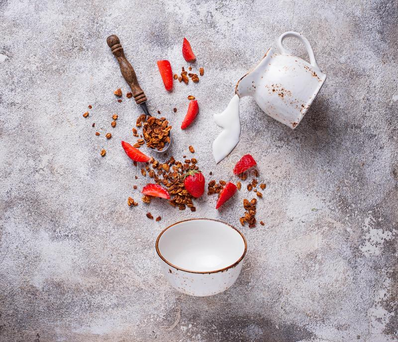 Granola i truskawka, zdrowy śniadanie zdjęcie stock