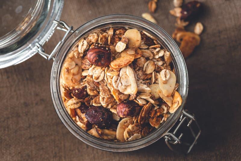 Granola libre del gluten hecho en casa con las avellanas, avena, almendra fotos de archivo