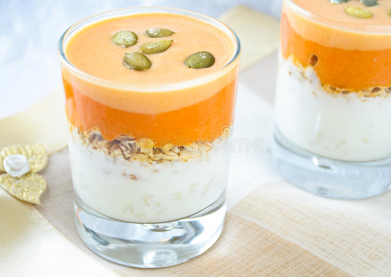 Granola med yoghurten, hård sås för pumpa och kärnar ur arkivfoto