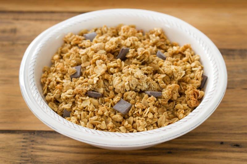 Granola met chocolade op witte kom royalty-vrije stock foto