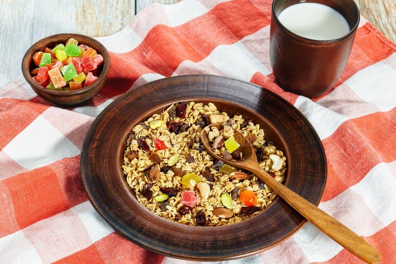 Granola met honing, havermeel, noten, rozijn en droge Amerikaanse veenbes stock foto's