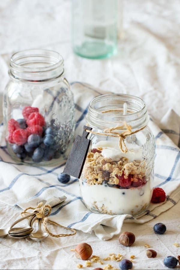 Download Granola Met Yoghurt En Bessen Stock Afbeelding - Afbeelding bestaande uit ochtend, graangewas: 54076737