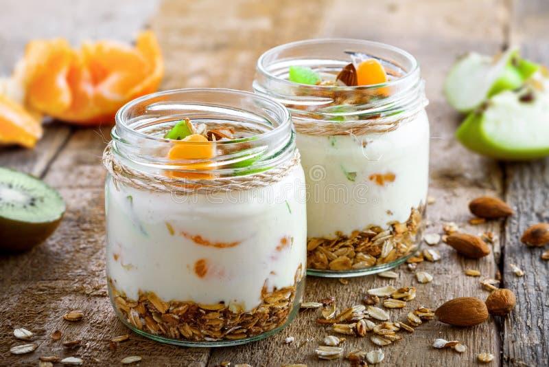 Granola met yoghurt en vruchten stock afbeeldingen