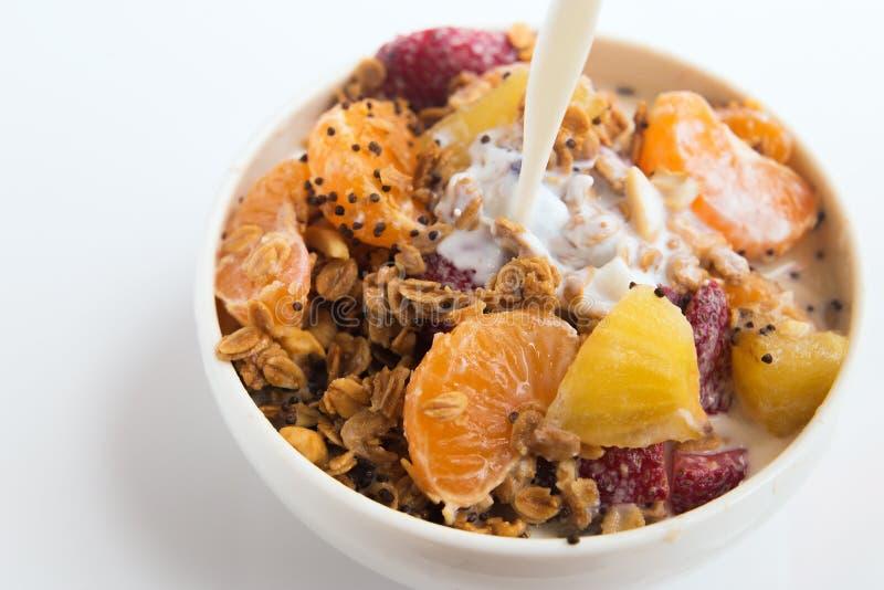 Granola mit Fruchtsalat auf dem Weiß stockfoto