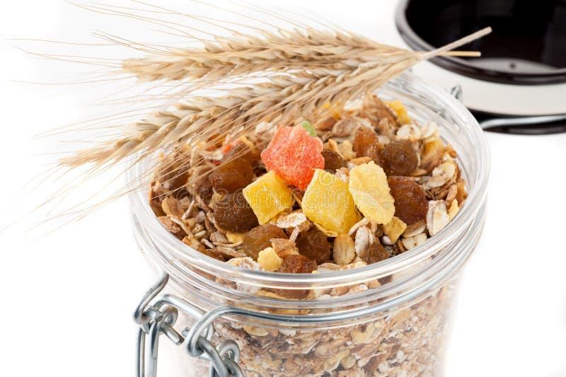 Granola (muesli płatki) z wysuszonym - owoc w szklanym słoju na białym tle obrazy stock