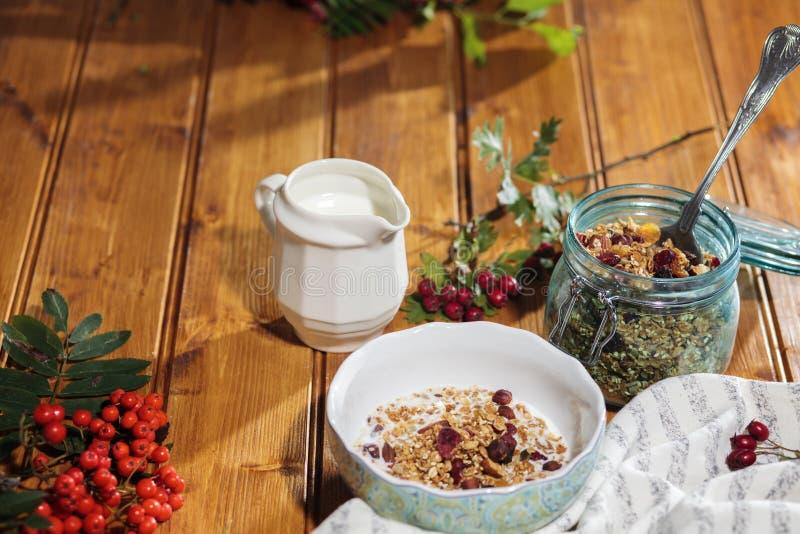 Granola no frasco de vidro e muesli no café da manhã imagens de stock royalty free