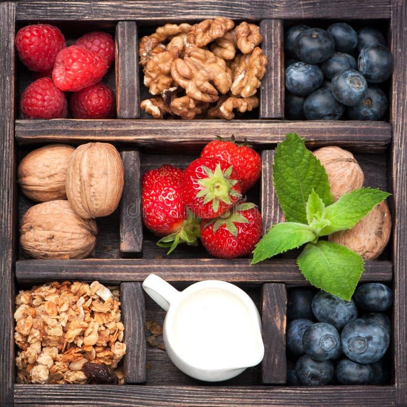 Granola, noten, bessen, honing, melk collage royalty-vrije stock afbeeldingen
