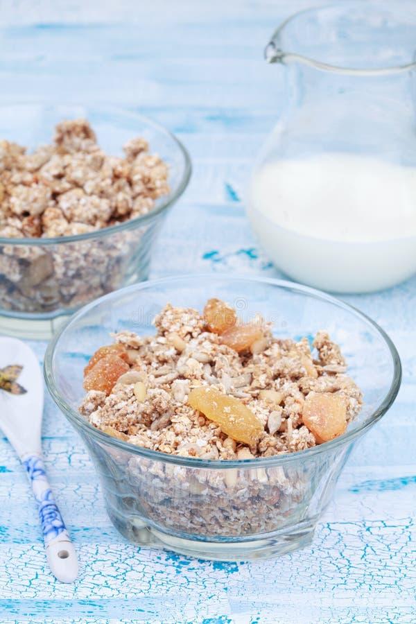 Granola o muesli delicioso y sano con las nueces y las pasas imagenes de archivo