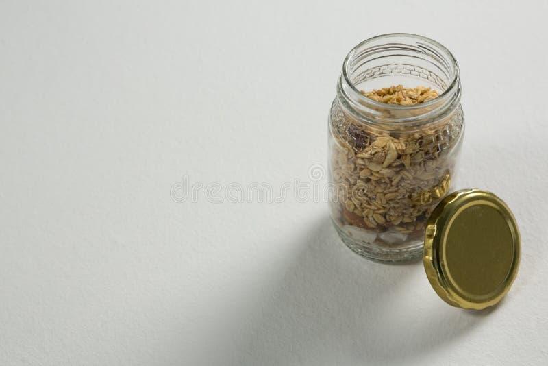 Granola o muesli hecho en casa en tarro de cristal abierto imagenes de archivo