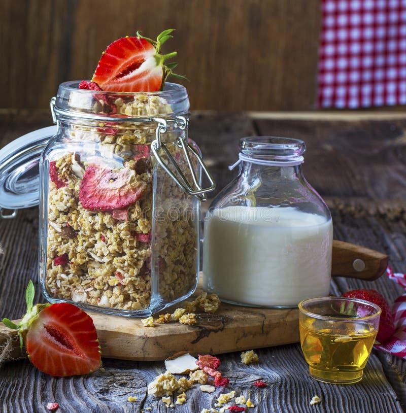 Granola prête à l'emploi avec les fraises et les amandes sèches Muesli sain de céréale de petit déjeuner, frais photo stock