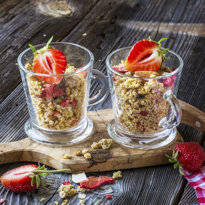 Granola prête à l'emploi avec les fraises et les amandes sèches Muesli sain de céréale de petit déjeuner, frais photo libre de droits