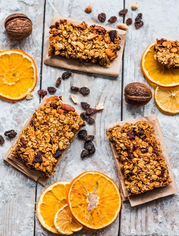 Granola-Proteinstangen der Zitrusfrucht selbst gemachte mit Erdnussbutter, Honig lizenzfreie stockfotos
