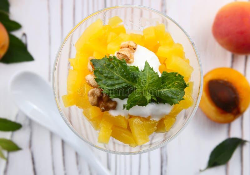Download Granola Sano De La Avena Del Desayuno Con El Yogur, Albaricoque En Una Luz Foto de archivo - Imagen de delicioso, fresco: 100528122