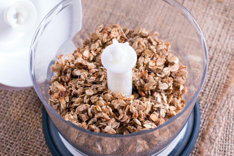 Granola in un miscelatore Concetto sano dell'alimento fotografia stock