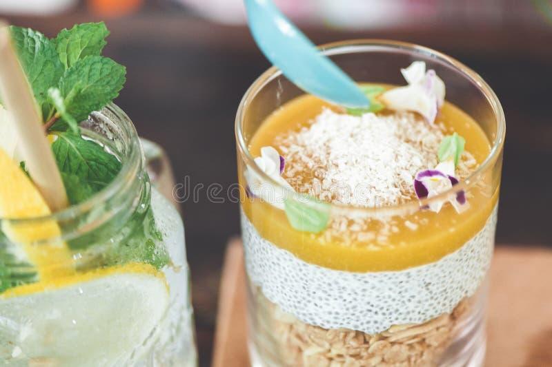 Granola van de yoghurthaver met mangomousse royalty-vrije stock afbeeldingen