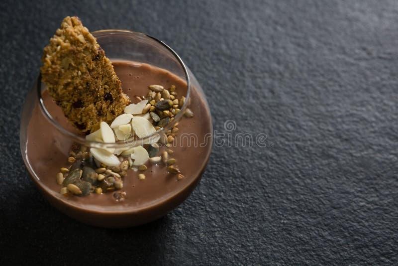 Granola, wysuszone owoc i czekoladowy mousse w szkle, zdjęcia royalty free