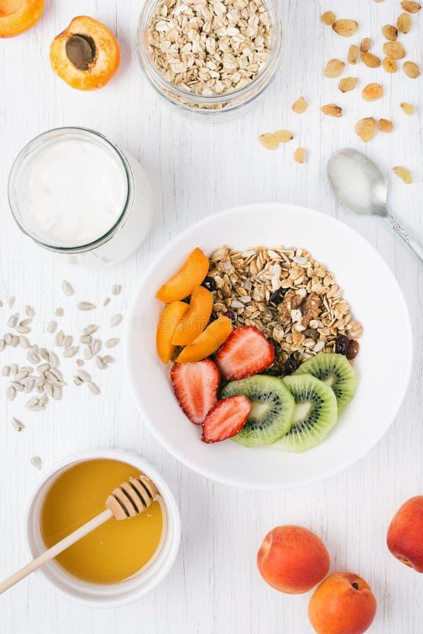 Granola y yogur en la tabla foto de archivo libre de regalías