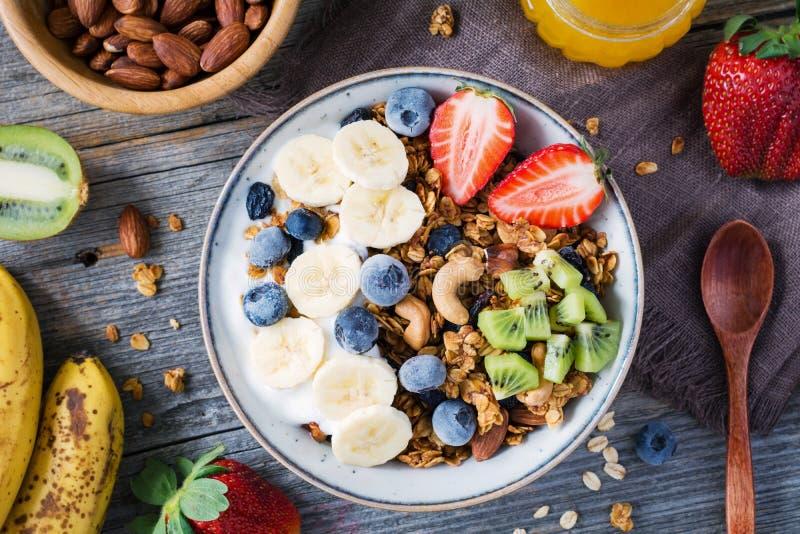 Granolabunke med mat för bästa sikt för frukt- och bärtabell fotografering för bildbyråer