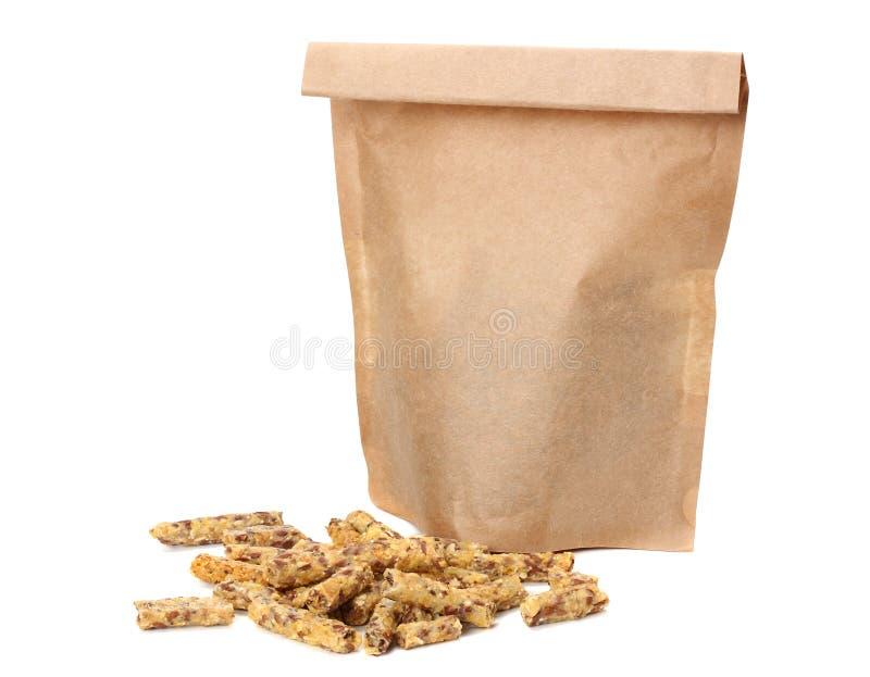 Granolafrukost i den kraft papperspåsen som isoleras på vit bakgrund Mysli sund mat stångsädesslag bantar kondition royaltyfria bilder
