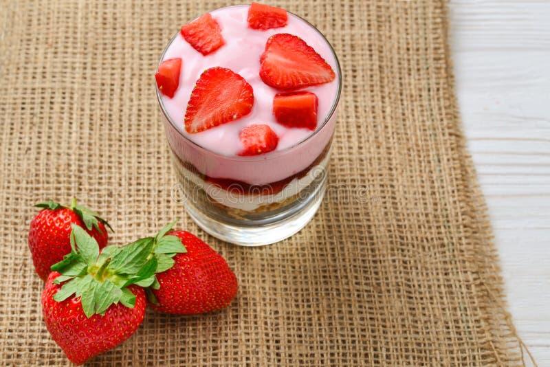 Granolafrukost med jordgubbar och vanlig yoghurt, royaltyfri foto