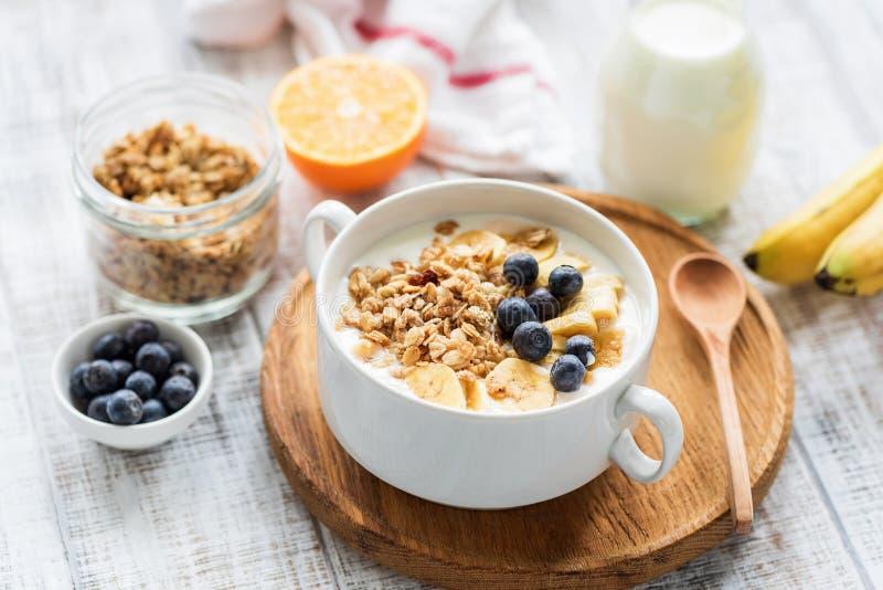 Granolakom met vruchten en melk royalty-vrije stock foto's