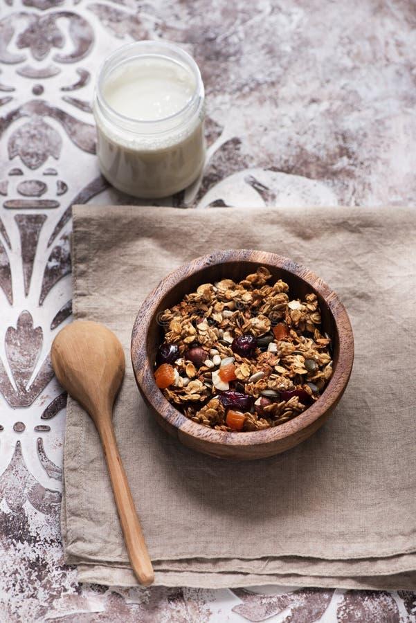 Granolamuesli met droge vruchten en zaden en yoghurt royalty-vrije stock foto's