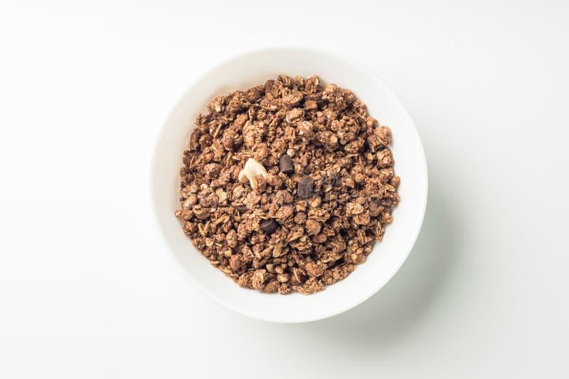 Granolaontbijt op een kom over witte achtergrond royalty-vrije stock afbeelding