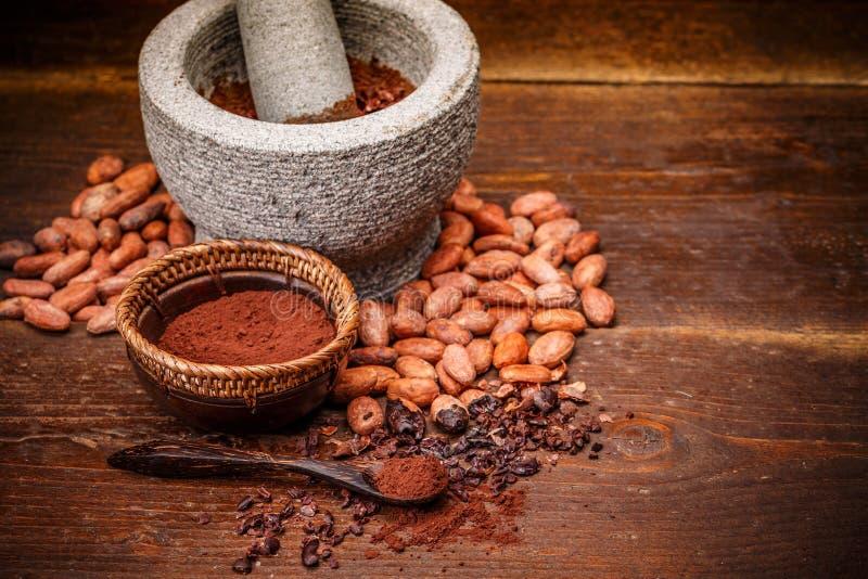 Granos de cacao enteros imágenes de archivo libres de regalías