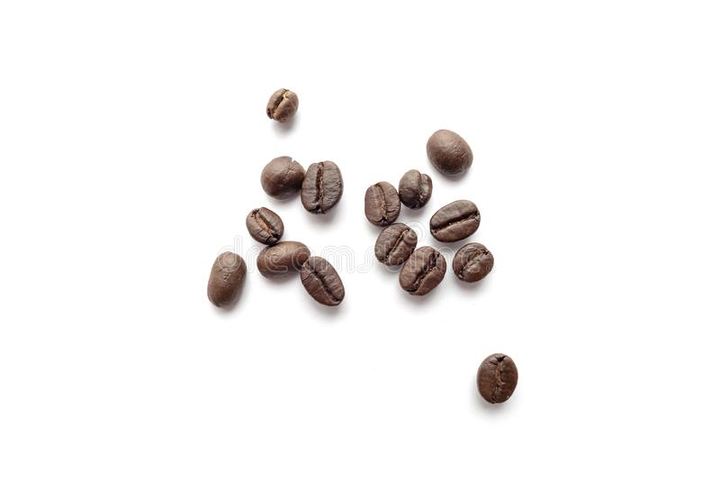 Granos de café aislados en el fondo blanco Primer imagen de archivo libre de regalías