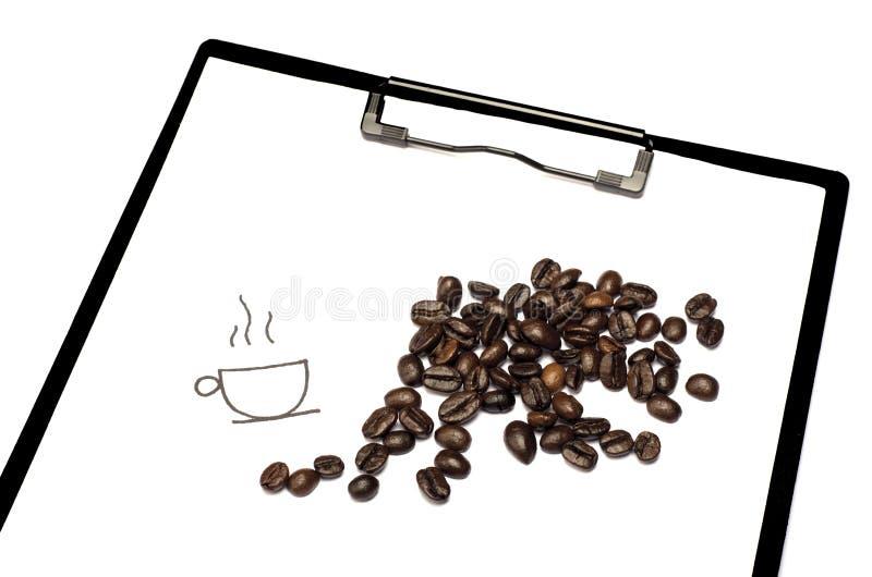 Granos de café aromáticos a bordo el fondo blanco imagen de archivo libre de regalías