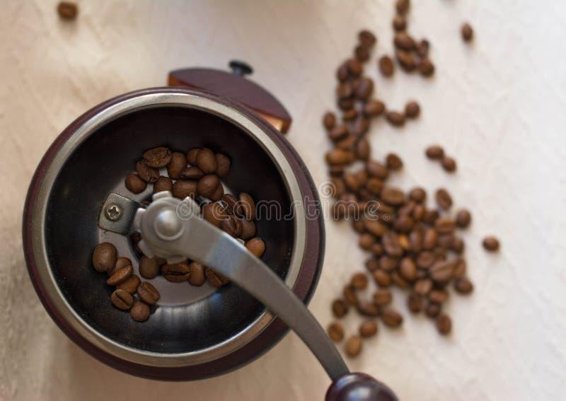 Granos de café aromáticos de la mañana en cezve fotografía de archivo libre de regalías
