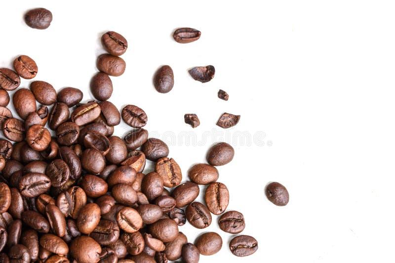 Granos de café asados aislados en un fondo blanco imagen de archivo