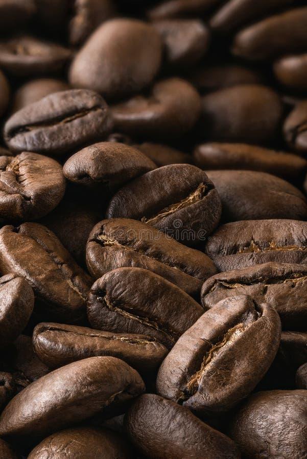 Granos de café asados en primer fotografía de archivo