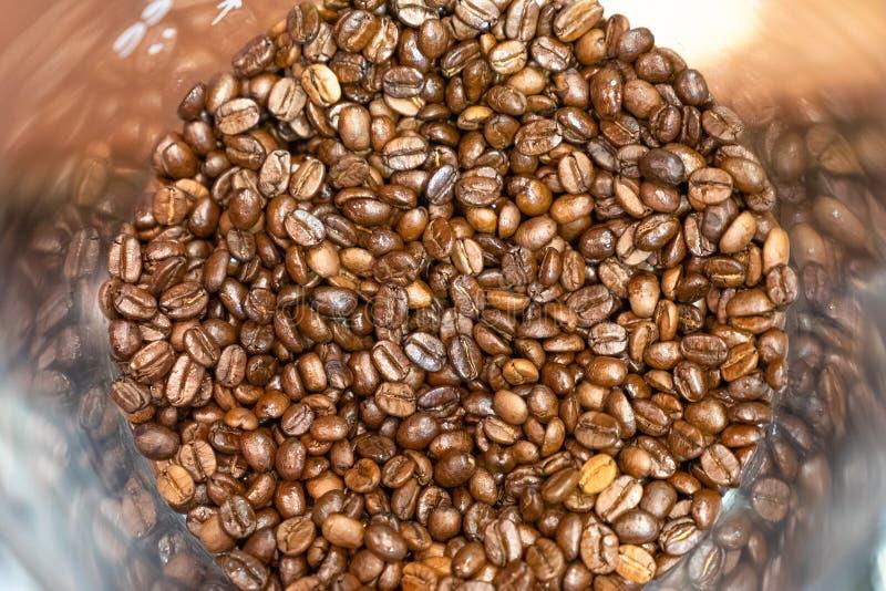 granos de café asados de la visión superior en la tolva para el fondo imagen de archivo libre de regalías