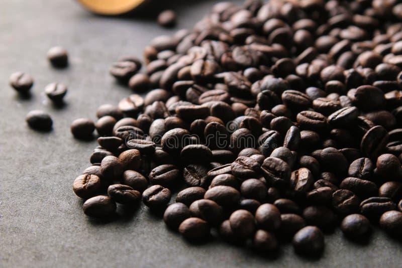 Granos de café asados mezcla de arabica y robusta en un fondo negro imagen de archivo libre de regalías