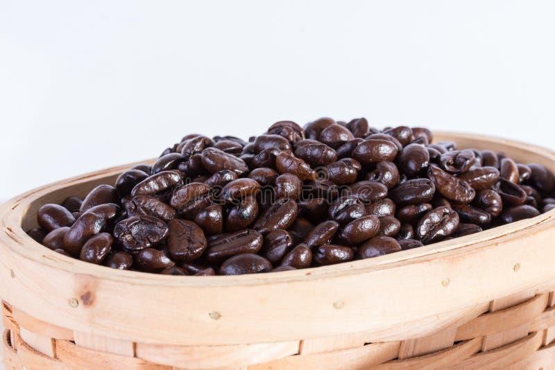 Granos de café ascendentes cercanos de la macro fotografía de archivo