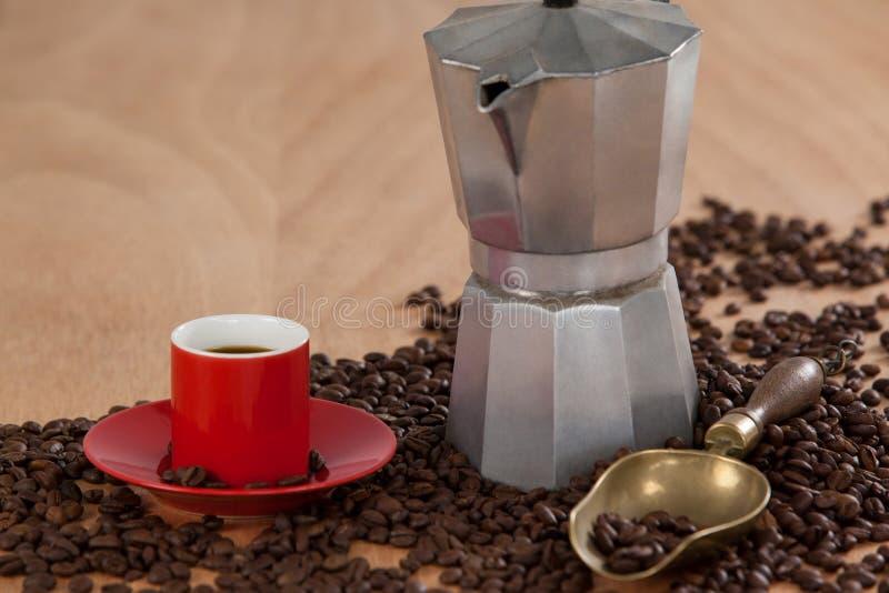 Granos de café, café, cafetera y cucharada imagenes de archivo