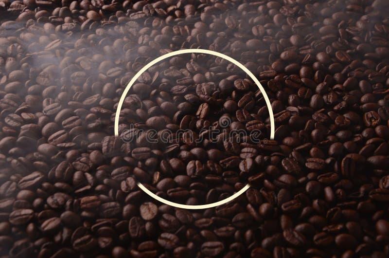 Granos de café con el elemento creativo del círculo para las aplicaciones gráficas fotografía de archivo