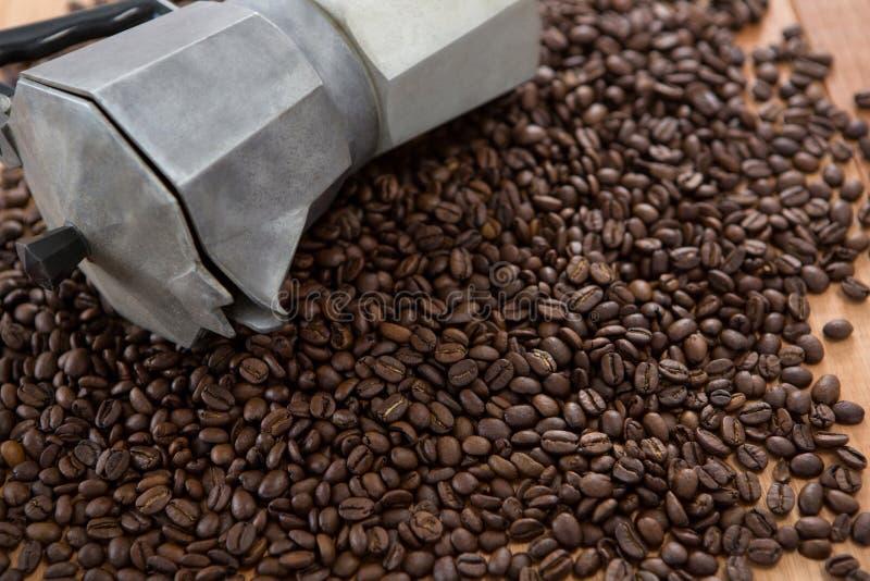 Granos de café con la cafetera metálica fotos de archivo libres de regalías