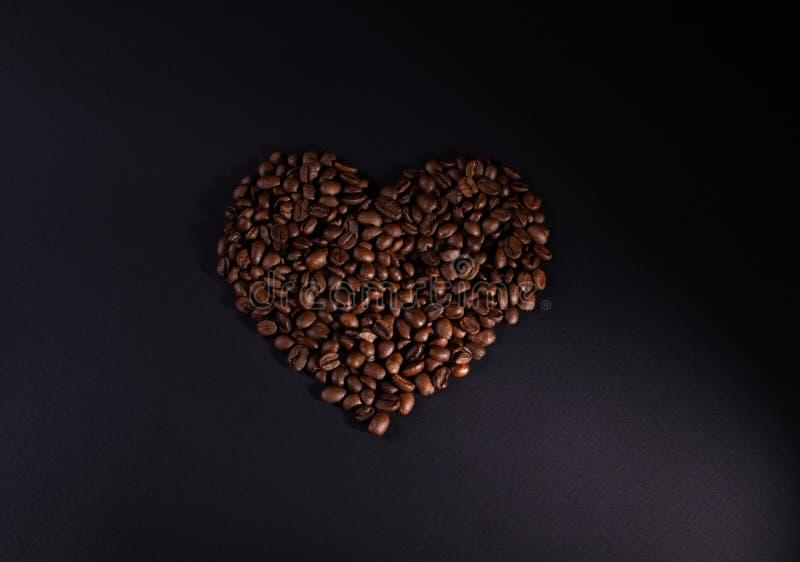 granos de café Corazón-llenados con una iluminación correcta más baja foto de archivo