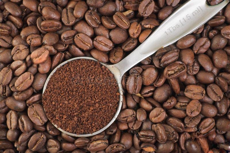 Granos de café de tierra y enteros fotografía de archivo