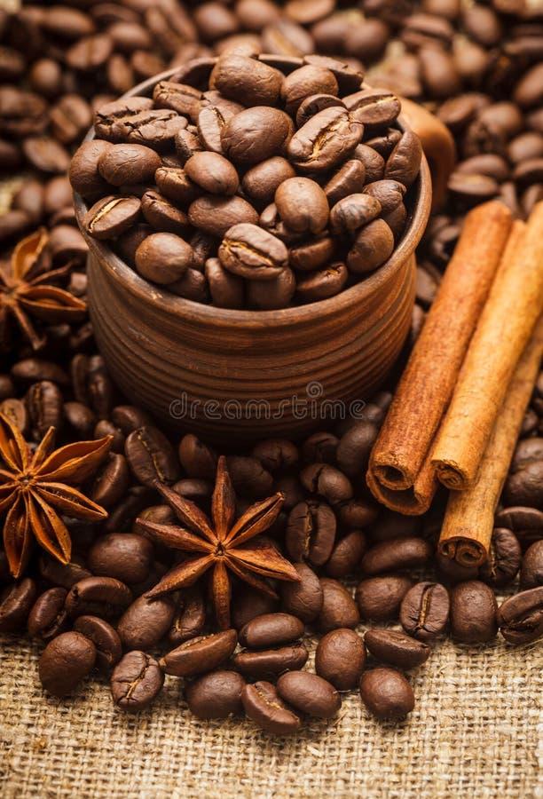 Granos de café en taza imagenes de archivo