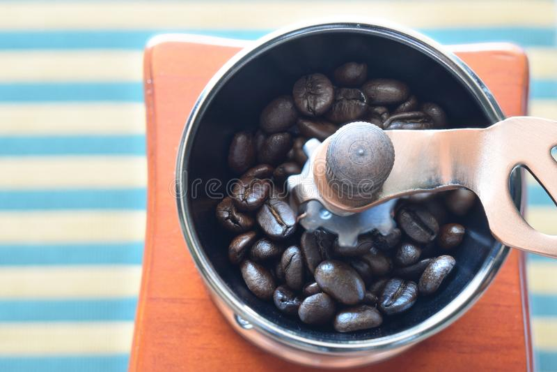 Granos de café en amoladora manual foto de archivo libre de regalías