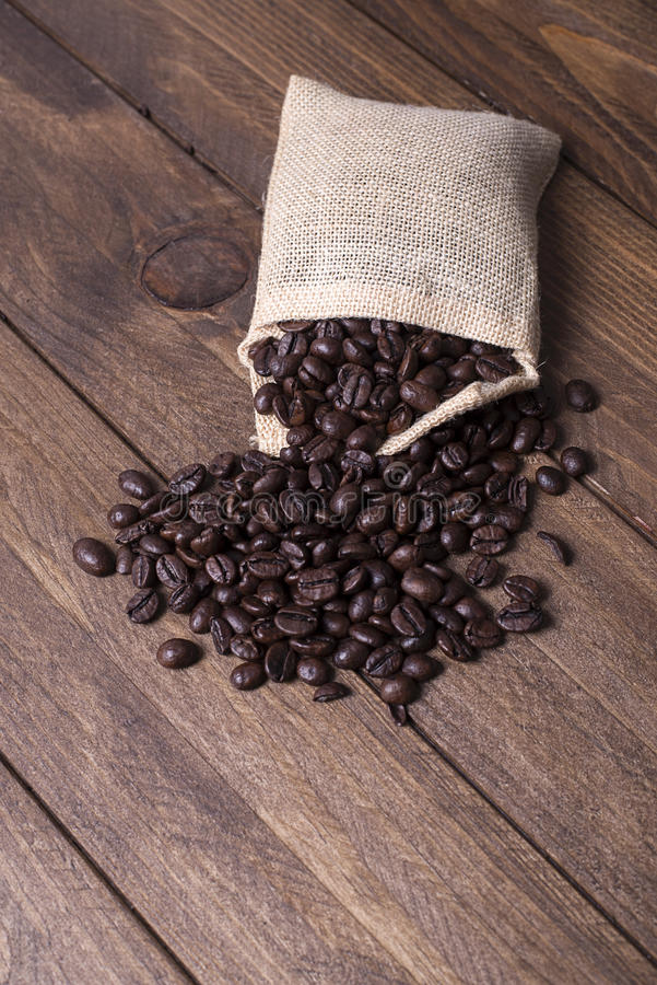 Granos de café en bolsa de la materia textil imagen de archivo