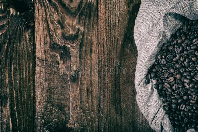 Granos de café en bolso de arpillera foto de archivo