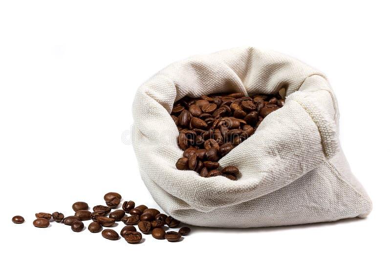 Granos de café en el bolso aislado fotos de archivo